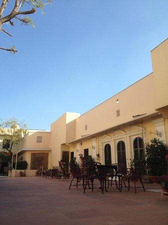 Royal Heritage Haveli: 中庭から見た部屋