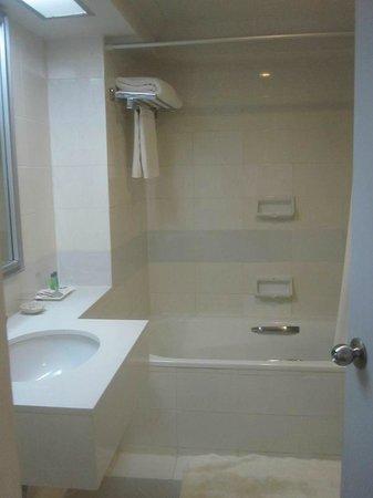 BelAire Bangkok: The bathroom