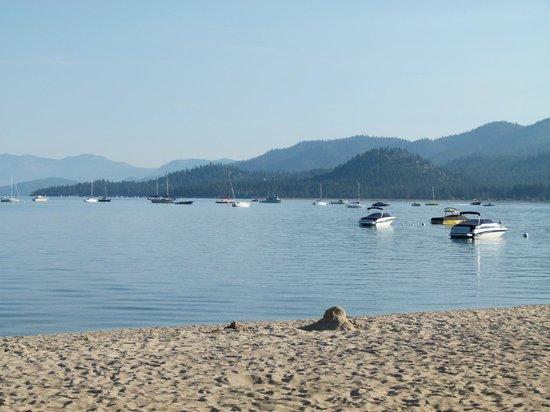 Tahoe Lakeshore Lodge and Spa: Vue depuis la plage