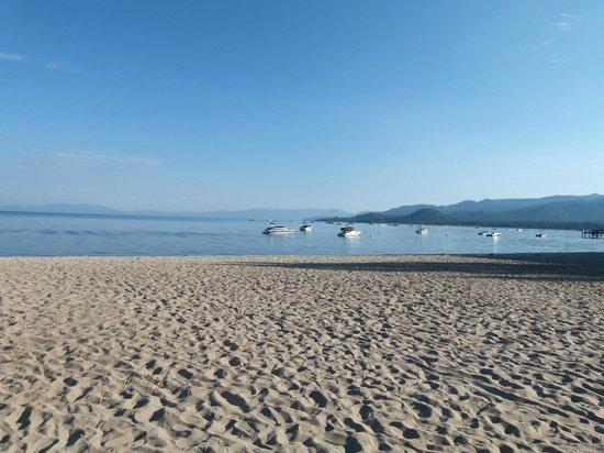Tahoe Lakeshore Lodge and Spa: La plage au petit matin
