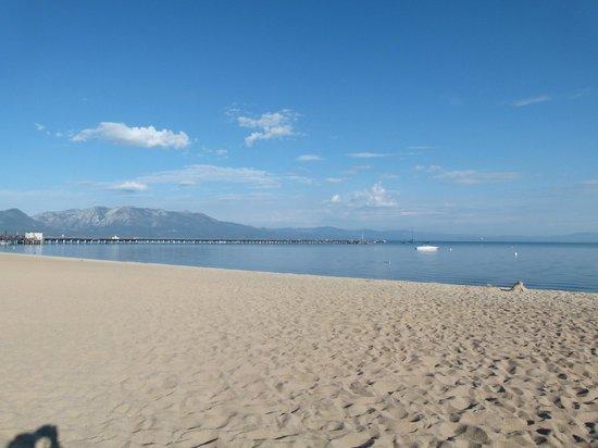Tahoe Lakeshore Lodge and Spa: La plage devant l'hotel