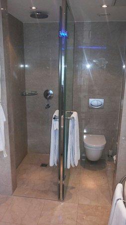Grand Ankara Hotel Convention Center: Banheiro e chuveiros separados por uma parede de mármore. Total exclusividade.