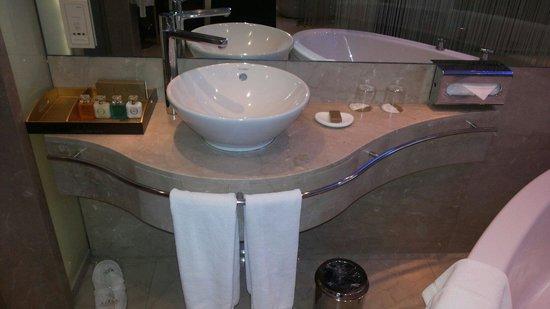 Grand Ankara Hotel Convention Center : Lavabo e amenites.