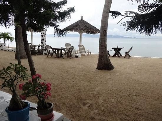 Milky Bay Resort : perfectly manicured restaurant area overlooking the beach.