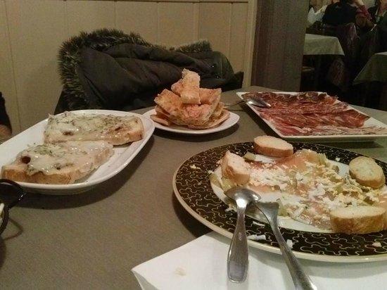 Pa Torrat : pan de coca, ibericos, carpaccio salmon y torrada de lomo con queso
