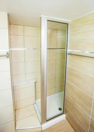 Lucky Hotel Apartments: Shower