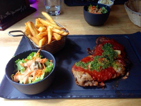 Bio & Co la Table: Escalope de veau panne, gorgonzola, sauce tomate, pesto avec frites et salade