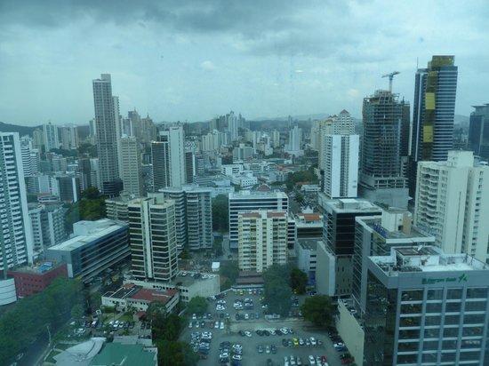 Hotel Riu Plaza Panamá: Die Farben sind etwas grau, da die Scheiben getönt sind.