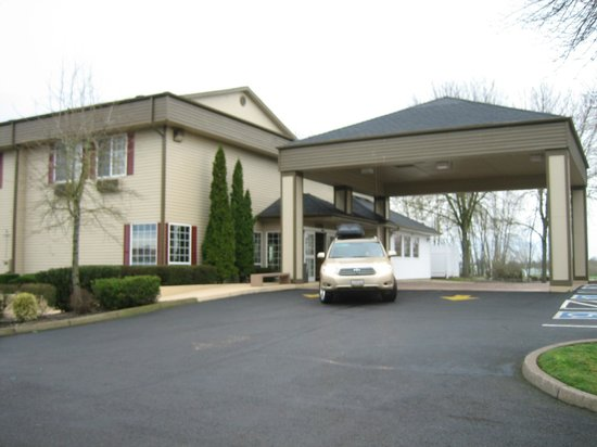 Best Western Plus Prairie Inn: no rain will get to us awning in front of the lobby