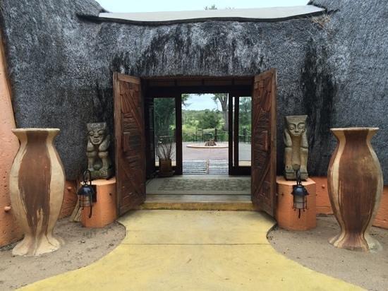 Hoyo-Hoyo Safari Lodge : Entrée du hoyo hoyo