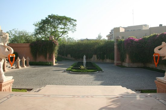The Oberoi Amarvilas: Driveway