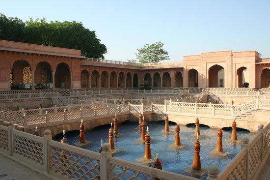 The Oberoi Amarvilas: Pool area