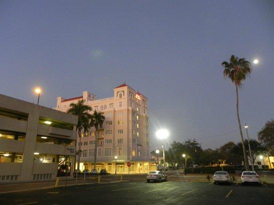 Hampton Inn & Suites Bradenton Downtown Historic District : Hotel at night