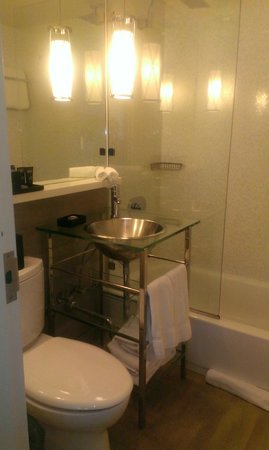 Kimpton Surfcomber Hotel: bathroom