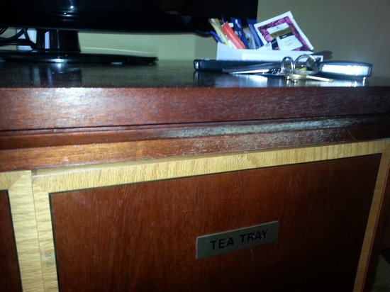 Grand Harbour Hotel: Dirty  TV Cabinet