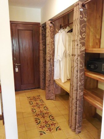 Pavillon d'Orient Boutique-Hotel: Entrance area with luggage area / safe etc