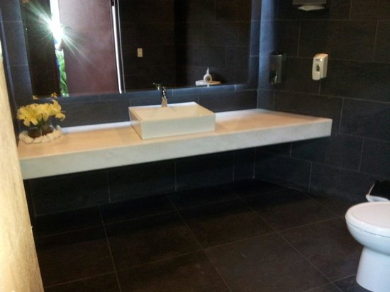 Elements Hotel Boutique: Bathroom in pool area