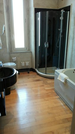Bagno con vasca idromassaggio - Foto di Hotel Columbia ...