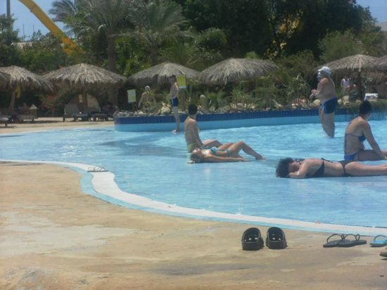 Sindbad Aqua Hotel & Spa : Sunbathing in the wavepool