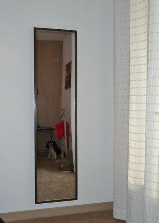 Hotel l'Amandiere : miroir en pied