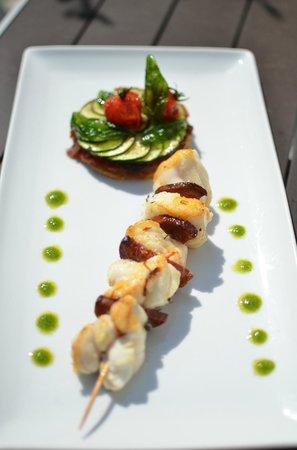 Restaurant l'Océan : Brochette de Lotte au Chorizo, tartelette de courgette aux légumes confits et pistou