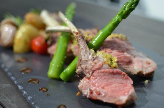 Restaurant l'Océan : Carré d'agneau en croute d'herbes, grenailles de Ré et asperges