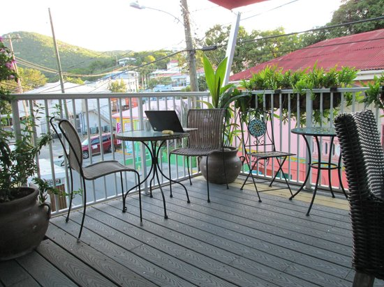 Cruz Bay Boutique Hotel: front deck always with a nice breeze