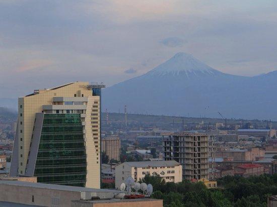 14th Floor Hotel: Aussicht von der Terrasse, Kleiner Ararat (Abend)