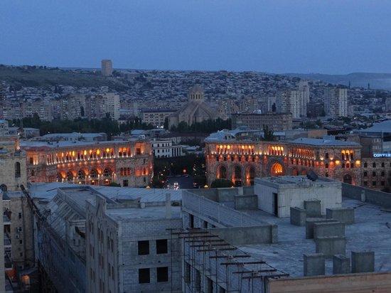14th Floor Hotel : Aussicht von der Terrasse, Republic Square (Spätabend)