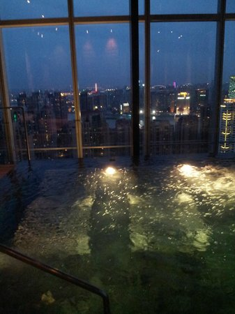 Four Seasons Shanghai Pudong: Hot jacuzzi, night time