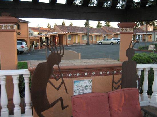 BEST WESTERN PLUS El Rancho Inn : poolside decor