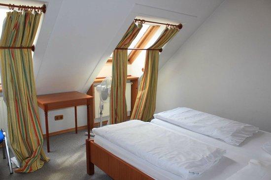Suite Hotel 200m zum Prater: вторая спальня в мансарде