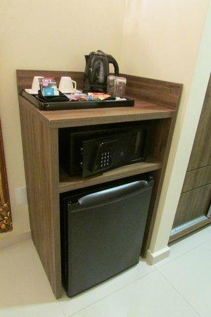BEST WESTERN PREMIER Majestic: Cofre e frigobar