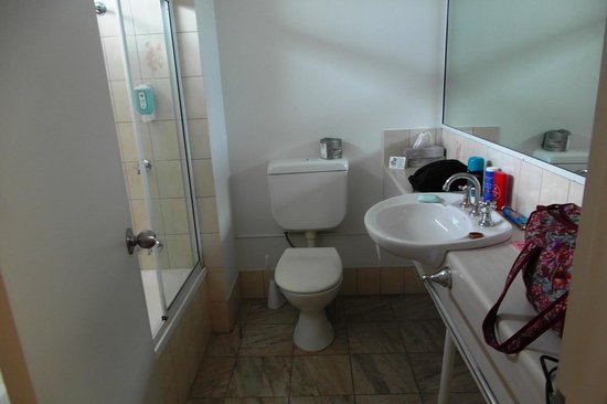 Comfort Inn Cairns City: Bathroom room 125. Good size.