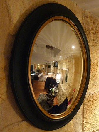 Une Chambre Chez Dupont : Mirror View of our room (Stephen Girard)