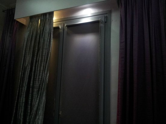 Athens Diamond Homtel: Curtains, some are just wall covers