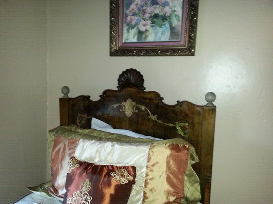 Express St. James Hotel: One of the beds in the Wyatt Earp room