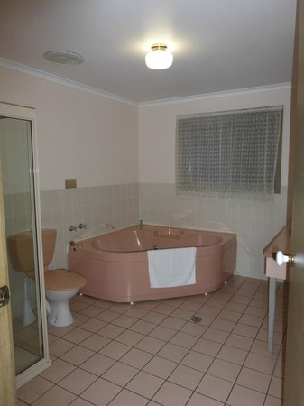 Golden Square Motor Inn: Large bathroom