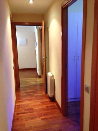 Castro Exclusive Residences & Spa Sagrada Familia: hallway from LR area to Bedrooms