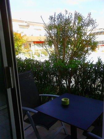 Best Western Plus Hotel La Marina : petite terrasse vue sur la piscine