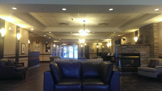 Best Western Plus Chocolate Lake Hotel: Lobby: Looking at the front doors