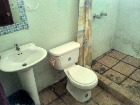 El Faro Beach Hostel: Dirty toilet & shower of private rooms with shared bathroom ($45/night)!!!!