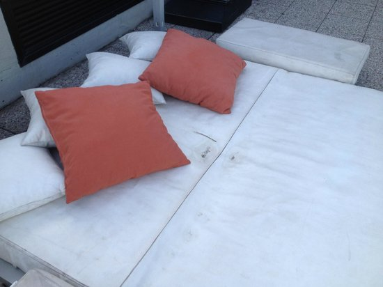 AC Hotel Firenze: Dirty furniture on Rooftop Terrace