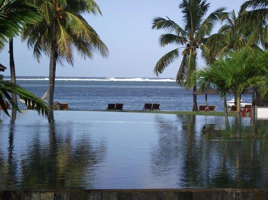 Heritage Awali Golf & Spa Resort : infinty pool, beach and reef