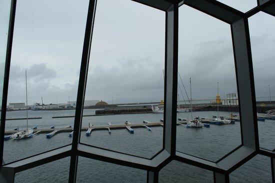 Harpa Reykjavik Concert Hall and Conference Centre: Blick auf den Hafen von Reykjavik aus dem Harpa Gebäude