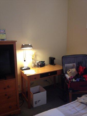 Crockett Hotel : Great desk... no mirror above it.