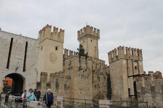 Rocca Scaligera di Sirmione: Castle fortifications