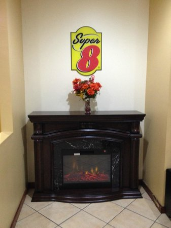 Super 8 Macon West : Fireplace in lobby