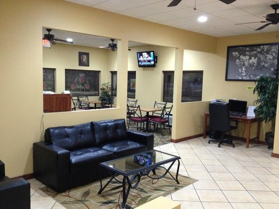 Super 8 Macon West : Lobby area and breakfast area