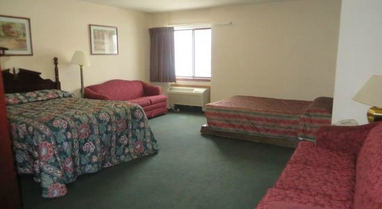 Voyageur Inn and Conference Center: 3 Bed Family Room